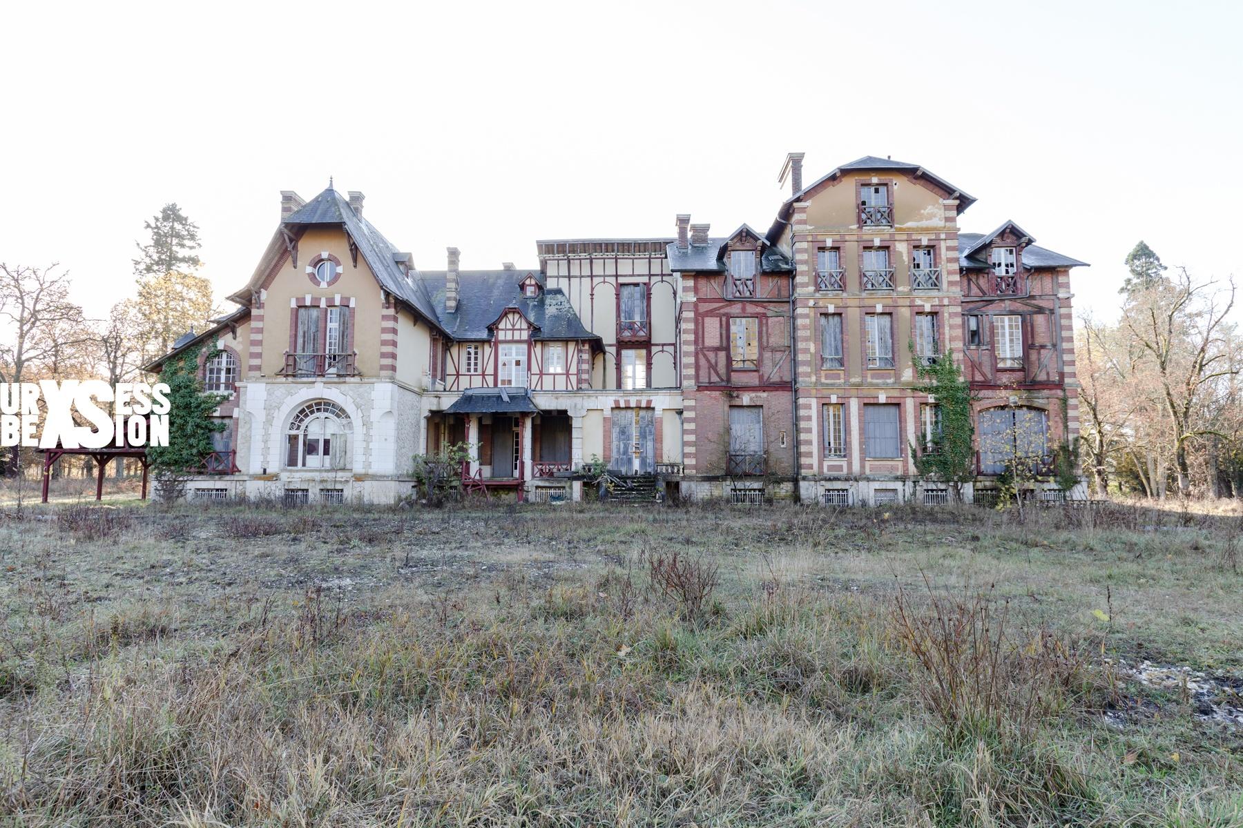 Chateau Maury Travis